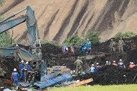 大規模な土砂崩れ現場で続く安否不明者の捜索活動=北海道厚真町で2018年9月8日午前10時33分、長谷川直亮撮影