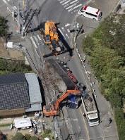 道路上で横転したトラック=千葉市若葉区で2018年9月8日午後0時59分、本社ヘリから