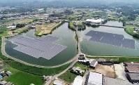 道路を挟んで隣接する東王田池ソーラー発電所(左)と中王田池ソーラー発電所=香川県さぬき市で2018年8月30日、小型無人機で山崎一輝撮影