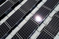 東王田池ソーラー発電所のソーラーパネル=香川県さぬき市で2018年8月30日、小型無人機で山崎一輝撮影