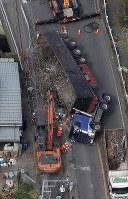 横転したトレーラー=千葉市若葉区で2018年9月8日午後1時24分、本社ヘリから