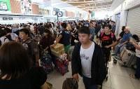国際線の運航が再開し、多くの外国人観光客らで混み合う国際線ターミナルビル=北海道千歳市の新千歳空港で2018年9月8日午後1時2分、貝塚太一撮影