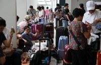 国際線の運航が再開し、外国人観光客で混み合う新千歳空港国際線ターミナルビルで=北海道千歳市で2018年9月8日午後1時24分、貝塚太一撮影