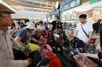 国際線の運航が再開し、外国人観光客で混み合う新千歳空港国際線ターミナルビルで=北海道千歳市で2018年9月8日午後1時10分、貝塚太一撮影