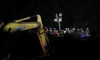 日が暮れた後も土砂崩れ現場で続く安否不明者の捜索活動=北海道厚真町で2018年9月8日午後6時37分、長谷川直亮撮影