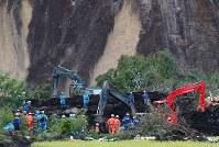 大規模な土砂崩れ現場で続く安否不明者の捜索活動=北海道厚真町で2018年9月8日午後4時1分、長谷川直亮撮影