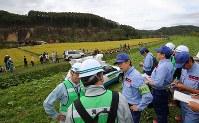 大規模な土砂崩れ現場を調査する国土交通省の担当者ら=北海道厚真町で2018年9月8日午後3時32分、長谷川直亮撮影