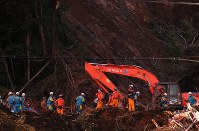 土砂崩れ現場で続く安否不明者の捜索活動=北海道厚真町で2018年9月8日午後6時2分、長谷川直亮撮影