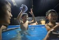 自衛隊の仮設風呂で久しぶりの入浴を楽しむ子供たち=北海道厚真町で2018年9月8日午後5時48分、和田大典撮影