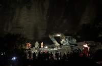 日が暮れても続けられている安否不明者の捜索活動=北海道厚真町で2018年9月8日午後6時35分、貝塚太一撮影