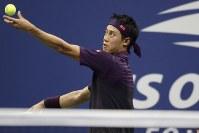 【男子シングルス準決勝】サーブを打つ錦織圭。ノバク・ジョコビッチ(セルビア)に3-6、4-6、2-6で敗れた=AP