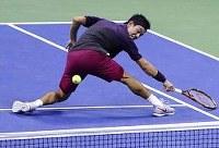【男子シングルス準決勝】ジョコビッチに敗れた錦織。「疲れから体(フットワーク)をあまり使えず、精度の良さに足がついていかなかった」=AP