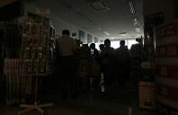 停電した空港内にあるコンビニエンスストアで食料などを買う人たち=函館空港で2018年9月6日午前10時51分、佐々木順一撮影