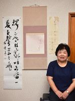 漢字に加え、かなの作品も毎月仕上げる矢野柏舟さん。「かなは余白のバランスが難しくて。それだけに面白いです」=愛媛県今治市宮ケ崎で、松倉展人撮影