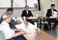 今後の阿波踊りについて話し合う遠藤彰良・徳島市長(右から2人目)と委員ら=徳島市役所で、岩本桜撮影