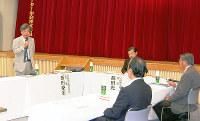 公開で開かれた「市庁舎整備工事検証委員会」の初会合=滋賀県近江八幡市出町の市文化会館で、蓮見新也撮影