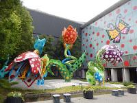修復が終わりキレイになった草間彌生の野外オブジェ「幻の華」=長野県松本市中央4の同市美術館で、青山郁子撮影