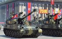 建国70周年の軍事パレードに登場した戦車。白地で「米帝侵略者たちを消滅せよ」と書かれている=2018年9月9日、平壌で渋江千春撮影