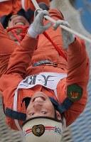 「ロープブリッジ救出」訓練に励む西川敏也さん=東大阪市の大阪市消防局高度専門訓練センターで、三村政司撮影