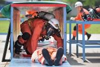 「ほふく救出」種目は、空気呼吸器を装着し穴をくぐって要救助者を搬送する訓練だ=東大阪市の大阪市消防局高度専門訓練センターで、三村政司撮影