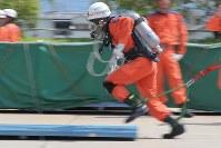 空気呼吸器を装着してダッシュする隊員=東大阪市の大阪市消防局高度専門訓練センターで、三村政司撮影