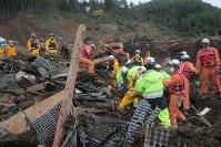 地震による大規模な土砂崩れが起きた現場で安否不明者を捜索する消防隊員ら=北海道厚真町幌内で2018年9月9日午後2時16分、和田大典撮影