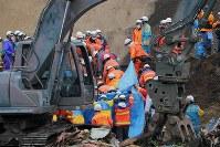 地震による土砂崩れで安否不明者が見つかり、救助する消防隊員ら=北海道厚真町吉野で2018年9月9日午前8時49分、和田大典撮影