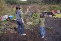 地震による土砂崩れで安否不明者が見つかった現場を見つめる親族=北海道厚真町吉野で2018年9月9日午前8時29分、和田大典撮影