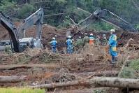 地震による大規模な土砂崩れが起きた現場で安否不明者を捜索する消防隊員ら=北海道厚真町幌内で2018年9月9日午後2時27分、和田大典撮影