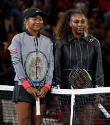 【女子シングルス決勝】試合前、コートに並ぶ大坂なおみ(左)とセリーナ・ウィリアムズ=AP