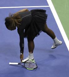【女子シングルス決勝】コートにたたきつけたラケットを拾うセリーナ・ウィリアムズ=AP