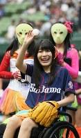 ファンの声援に手を振って応えるアイドルグループ「仮面女子」の猪狩ともかさん(手前)=メットライフドームで2018年9月9日、玉城達郎撮影
