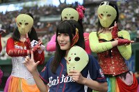 始球式前に記念撮影をするアイドルグループ「仮面女子」の猪狩ともかさん(手前)=メットライフドームで2018年9月9日、玉城達郎撮影