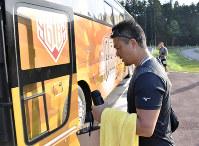 試合後、バスに乗り込む栃木ゴールデンブレーブスの村田修一=新潟県南魚沼市のベーマガスタジアムで2018年7月1日午後5時35分、藤井達也撮影