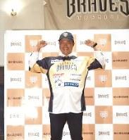 栃木の新しいユニホームに袖を通す村田=小山市内で2018年3月9日午後1時41分、中村有花撮影