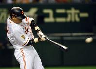 【巨人5-2ヤクルト】六回裏巨人2死二塁、村田修一が左前適時打を放ち5点目=東京ドームで2014年7月16日、喜屋武真之介撮影