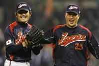 米サンディエゴで行われたWBC2次ラウンドでキューバを破り喜ぶ杉内俊哉(左)と村田修一=2009年03月18日、AP