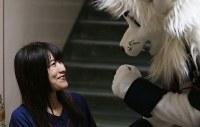 始球式前、埼玉西武ライオンズのマスコットキャラクター「レオ」に勇気づけられるアイドルグループ「仮面女子」の猪狩ともかさん(左)=メットライフドームで2018年9月9日、玉城達郎撮影