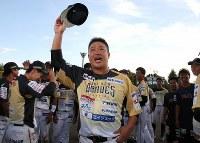 引退試合後、ファンの声援に手を上げる村田修一(中央)=栃木県小山市で2018年9月9日、宮武祐希撮影