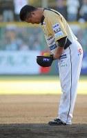 試合後のセレモニーで、ファンたちに一礼する村田修一=栃木県小山市で2018年9月9日、宮武祐希撮影