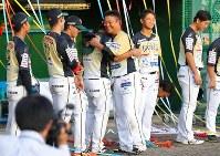 試合後のセレモニーで、チームメートたちと笑顔で抱き合う村田修一(中央右)=栃木県小山市で2018年9月9日、宮武祐希撮影