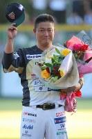 試合後のセレモニーで、子供たちから花束を渡されて笑顔を見せる村田修一=栃木県小山市で2018年9月9日、宮武祐希撮影