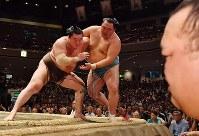 【大相撲秋場所初日】玉鷲を寄り切りで降す白鵬(左)。手前右は稀勢の里=東京・両国国技館で2018年9月9日、西本勝撮影