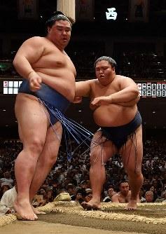 【大相撲秋場所初日】正代(左)を押し出しで降した御嶽海=東京・両国国技館で2018年9月9日、西本勝撮影
