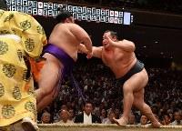 【大相撲秋場所初日】貴景勝を押し倒しで降した鶴竜(右)=東京・両国国技館で2018年9月9日、西本勝撮影