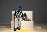 中ハシ克シゲ「お出掛け犬」 高さ45センチ、油粘土を樹脂でコーティング 隣は中ハシさん=福永一夫さん撮影