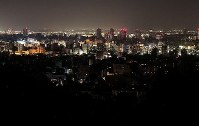A blackout due to an earthquake that hit Hokkaido affects some parts of Sapporo, as seen from the Asahiyama Memorial Park in Sapporo's Chuo Ward on Sept. 6, 2018. (Mainichi)