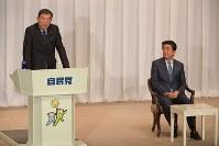 自民党総裁選の演説会で抱負を述べる石破茂元幹事長(左)。右は安倍晋三首相=党本部で2018年9月10日午前10時25分、川田雅浩撮影