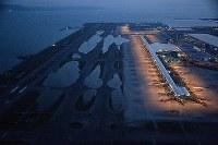 台風21号接近で発生した高潮による浸水で閉鎖された関西国際空港。右は第1ターミナルビル=2018年9月5日午後6時41分、本社ヘリから加古信志撮影