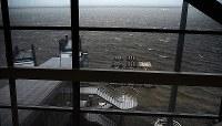 台風21号による大雨で冠水した関西国際空港の滑走路=2018年9月4日午後2時45分、蒲原明佳撮影